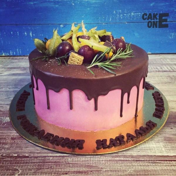 Розовый торт с шоколадной глазурью