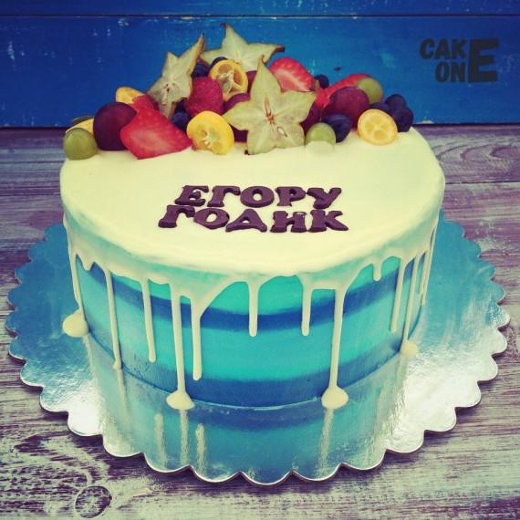 Голубой торт с белой глазурью