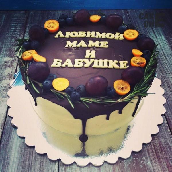 Торт с веночком из фруктов и розмарина