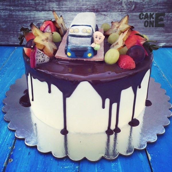 Торт с грузовиком и водителем