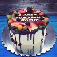 Белый торт с шоколадной глазурью и фруктами