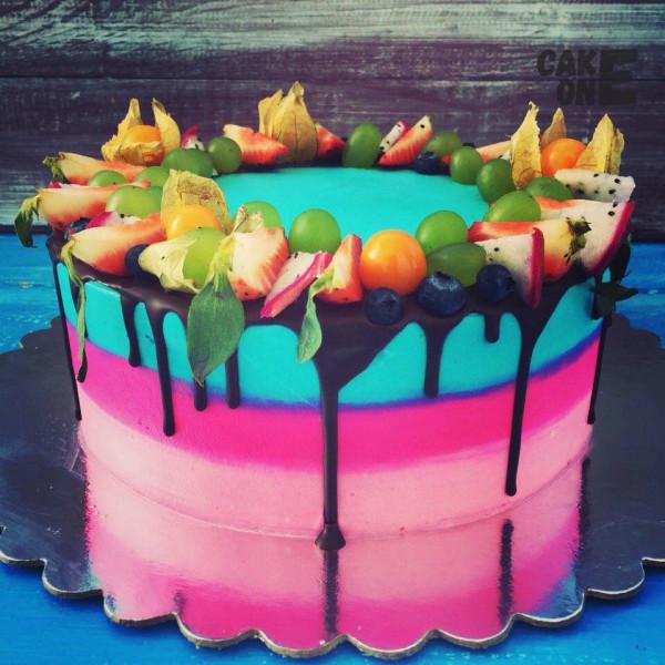 Разноцветный торт с венком из фруктов