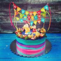 """Разноцветный торт с флажками и """"Свинкой Пеппой"""""""