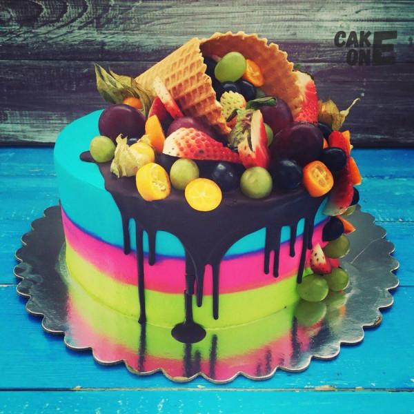 Трехцветный торт с вафельным рожком