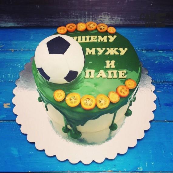 Торт с зеленой глазурью и футбольным мячом