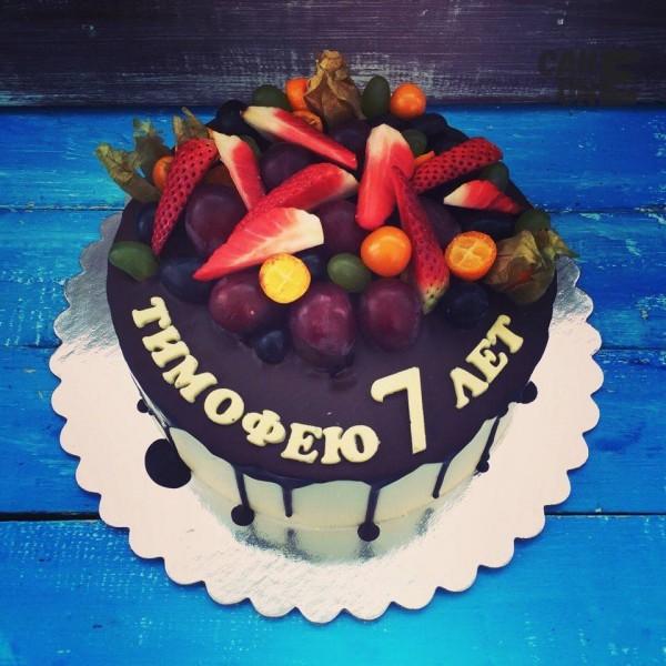 Белый торт с фруктами