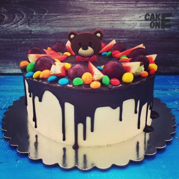 Торт с головой медведя и разноцветным дражже