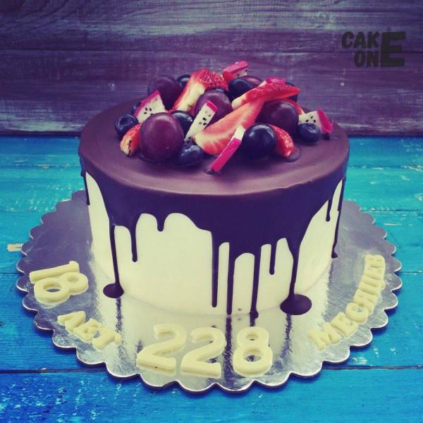 """Белый торт на 18 лет """"с хвостиком"""""""