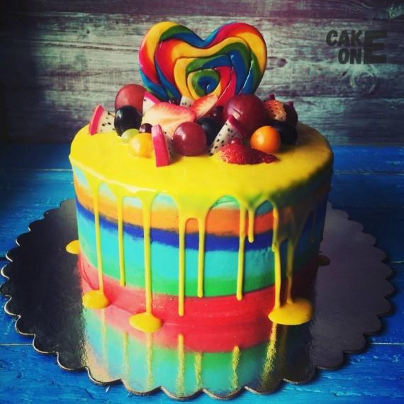 Разноцветный торт с радужным сердечком