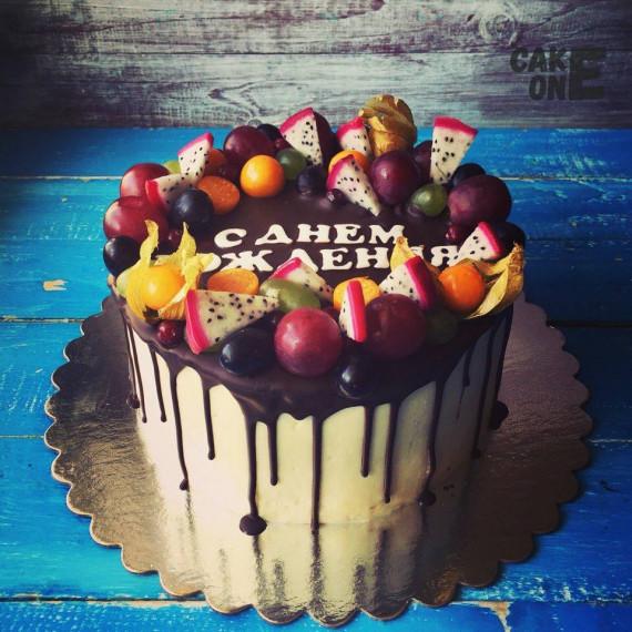Торт на день рождения с шоколадной глазурью