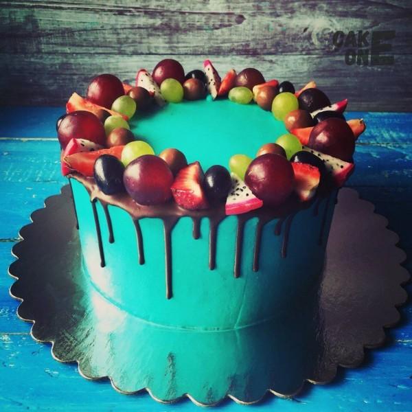 Голубой торт с венком из фруктов