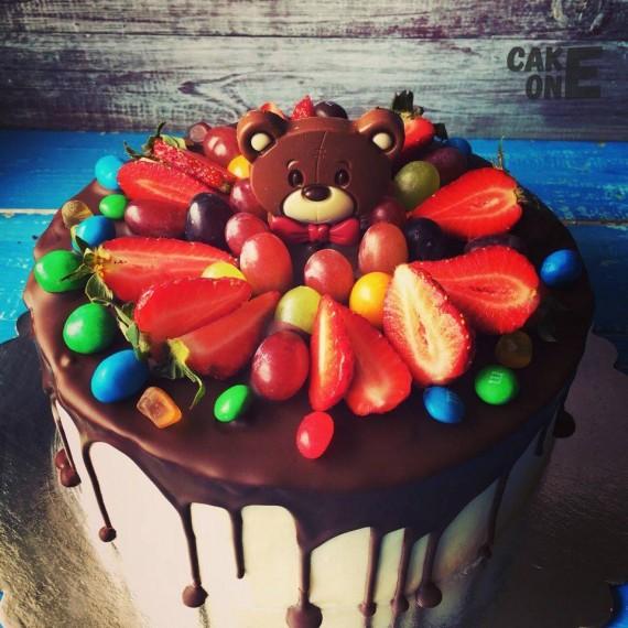 Белый торт с головой медведя и цветным дражже