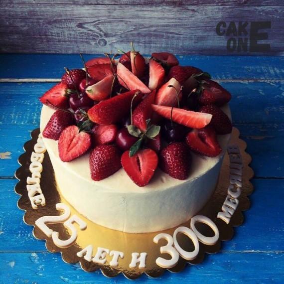 """Белый торт с фруктами на 25 """"с хвостиком"""""""
