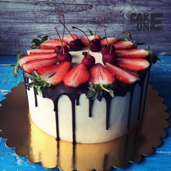 Торт с клубникой и черешней