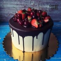 Торт с клубникой и черешней на шоколадной глазури