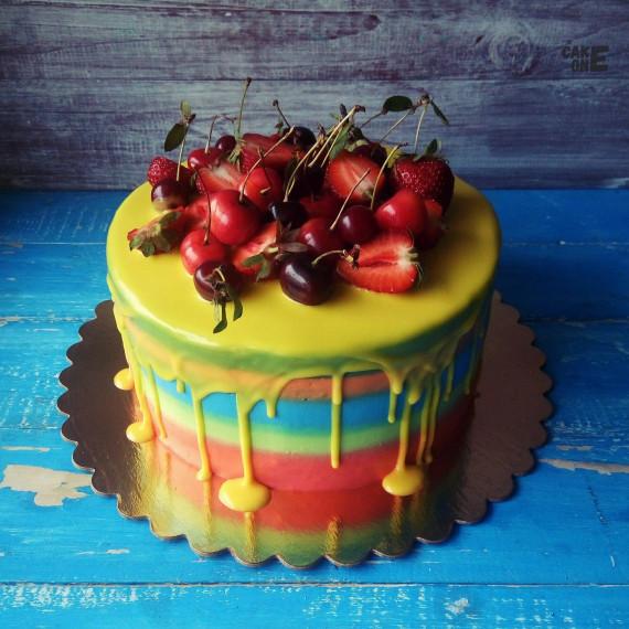 Разноцветный торт с желтой глазурью