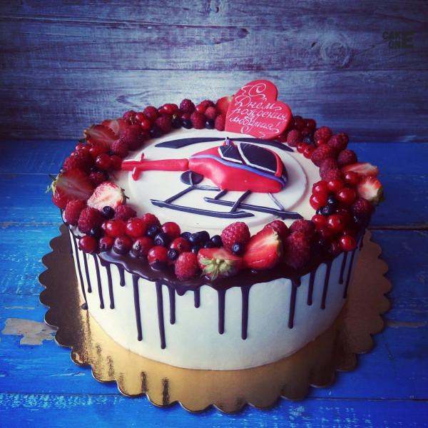 Торт с вертолетом и красным сердцем