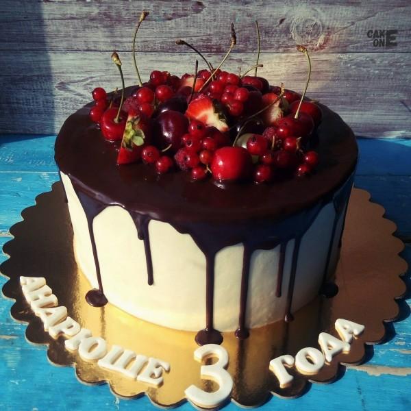 Торт с шоколадной глазурью и ягодами