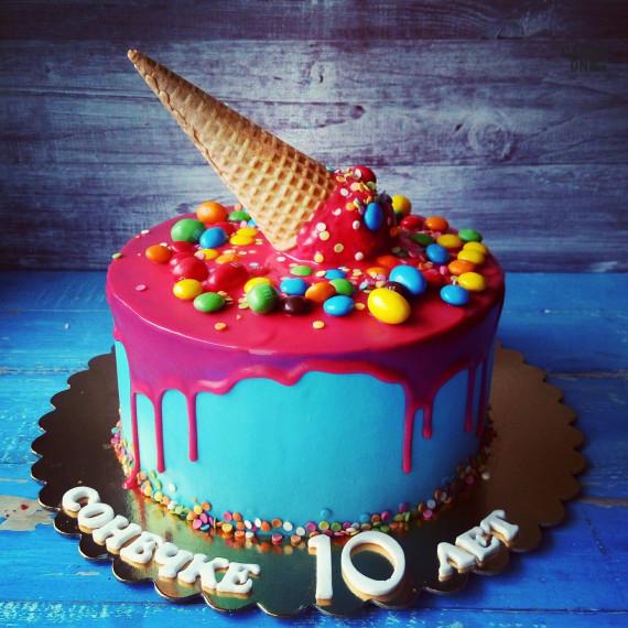 Торт с вафельным рожком и разноцветным дражже