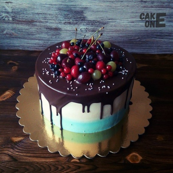Торт двухцветный с ягодой