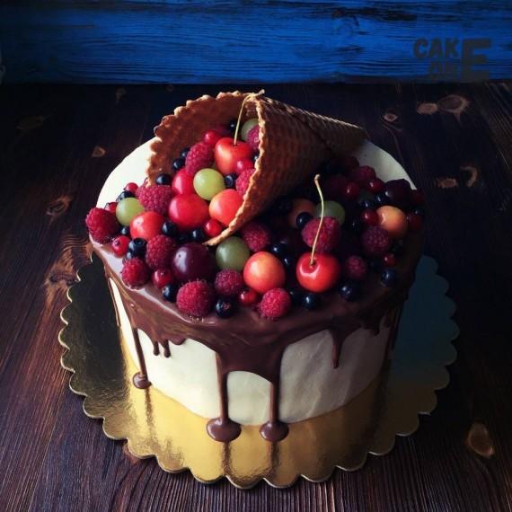Торт с двухцветной глазурью и вафельным рожком