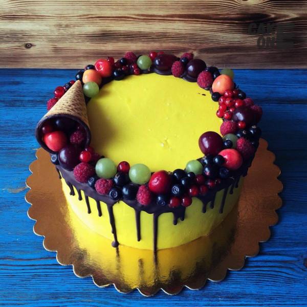 Желтый торт с вафельным рожком