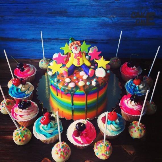 Разноцветный торт с клоуном и звездами