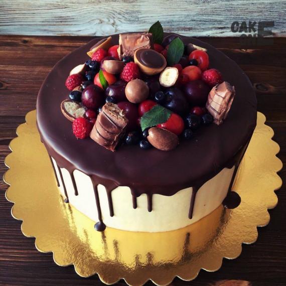 Торт я ягодами и конфетами