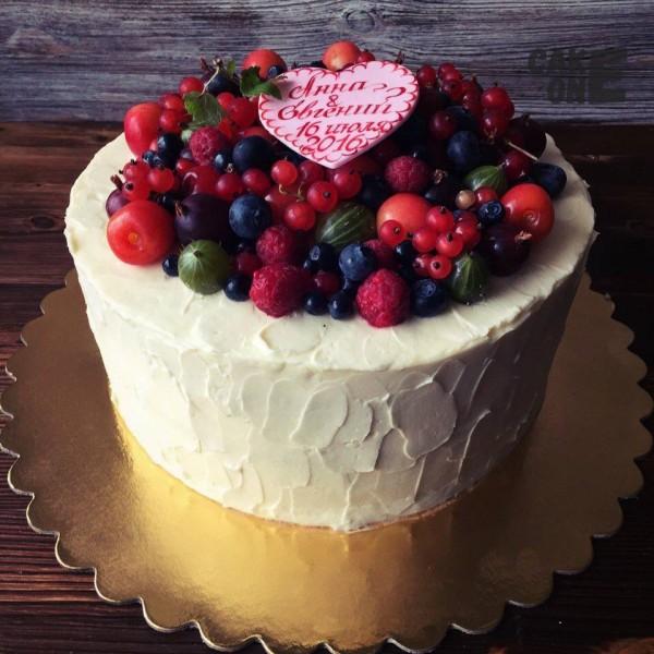 Торт с ягодой и розовым сердцем