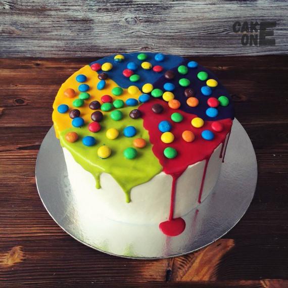 Торт с цветной глазурью и дражже
