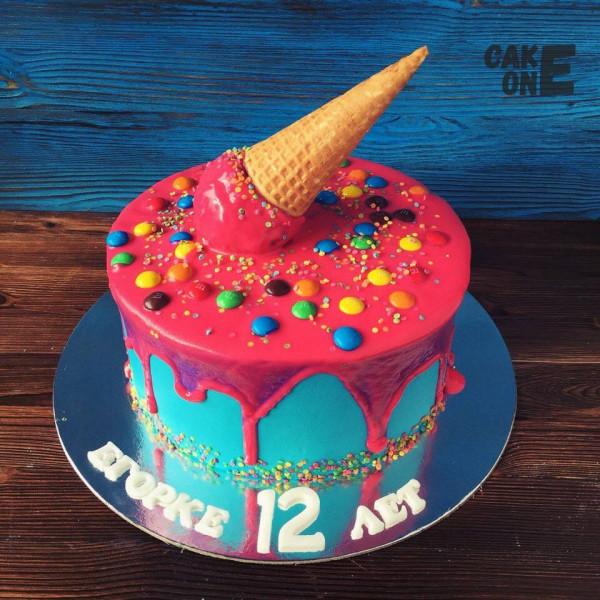 """Голубой торт с """"M&M's"""" и вафельным рожком"""