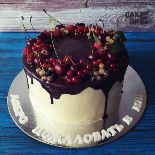 Торт на день рождения с ягодой