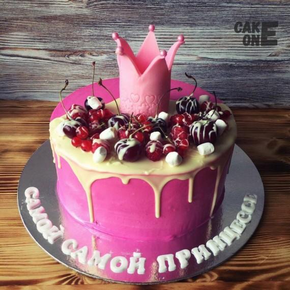 Торт с белой глазурью и розовой короной