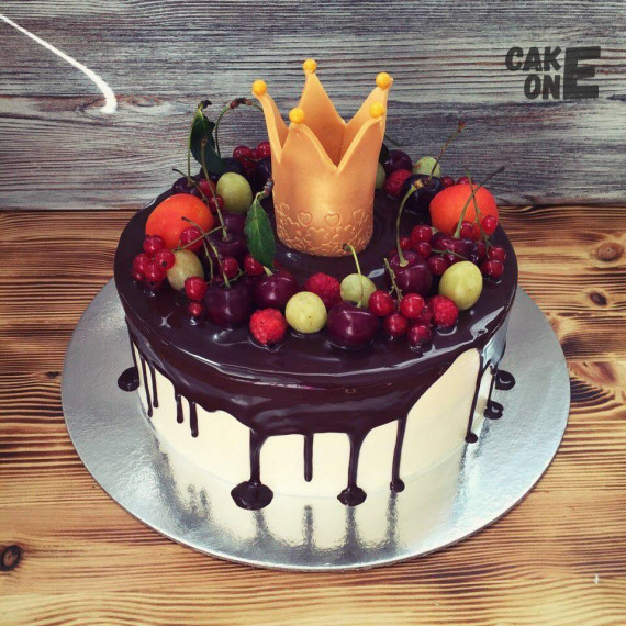 Торт с шоколадной глазурью и золотой короной