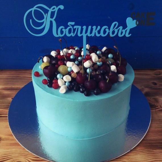 Голубой торт с ягодой и маршмеллоу