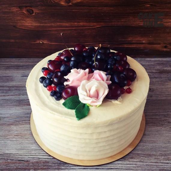 Торт с ягодой и цветами