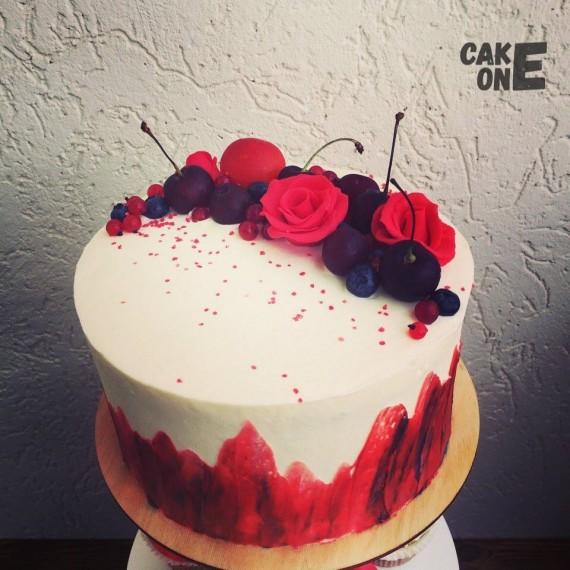 Белый торт с ягодой и красными цветами
