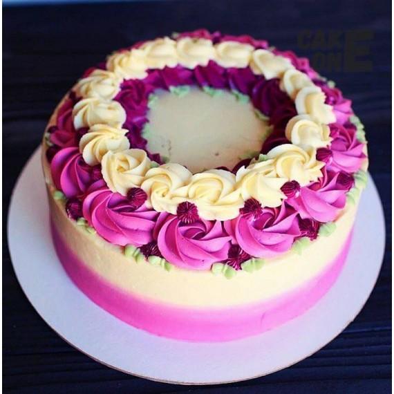 Торт с венком из кремовых цветов