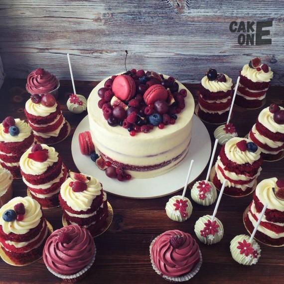 Белый торт с красными макарунами