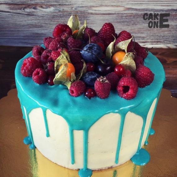 Торт с голубой глазурью и малиной