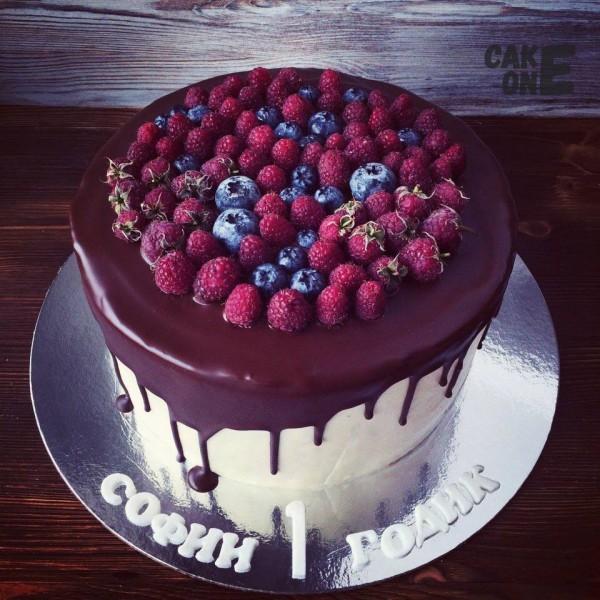 Торт с ягодой на 1 год
