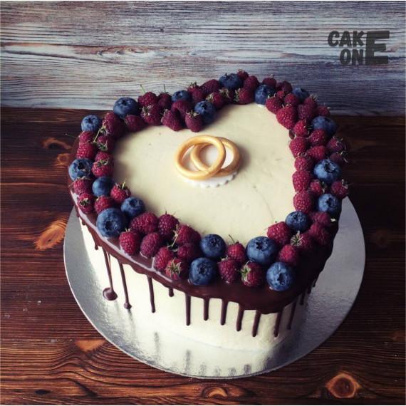 Торт в виде сердца с обручальными кольцами
