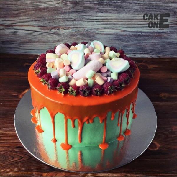 Зеленый торт с оранжевой глазурью и маршмеллоу