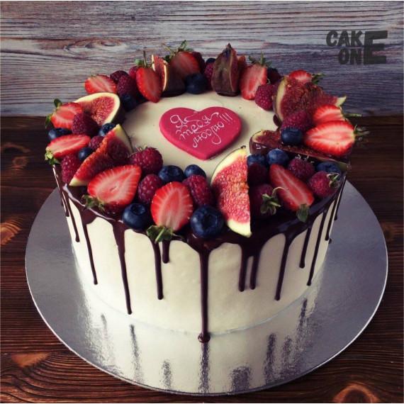 Торт с фруктами и красным сердцем