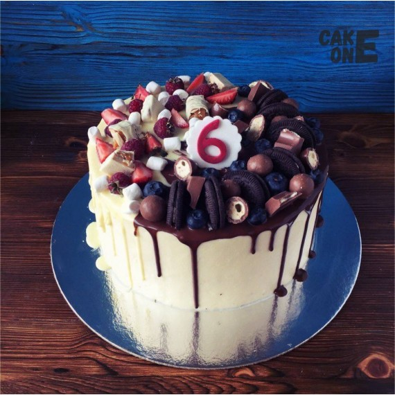 Торт на 6 лет с ягодой и конфетами