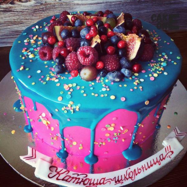 Розовый торт с голубой глазурью и ягодой