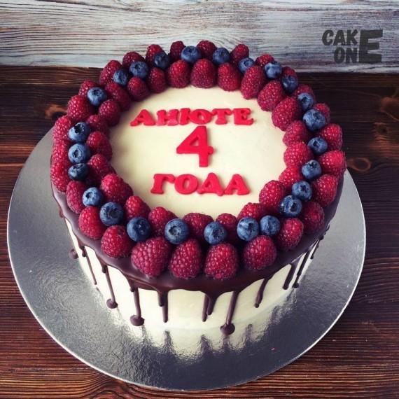 Торт на 4 год с веночком из ягод