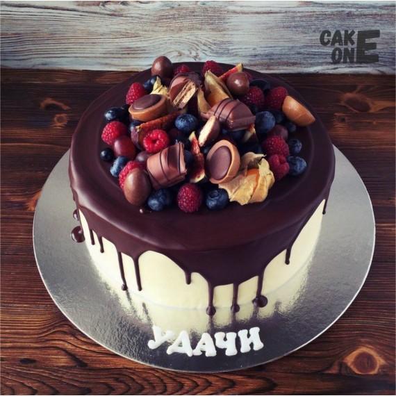 Торт с конфетами и ягодой