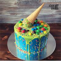Синий торт с зеленой глазурью и вафельным рожком