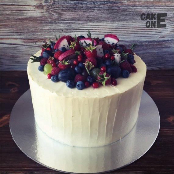 Белоснежный торт с ягодой